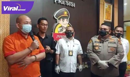 JT pelaku penganiayaan terhadap perawatan RS Siloam Sriwijaya Palembang beri keterangan pada awak media. FOTO : VIRALSUMSEL.COM