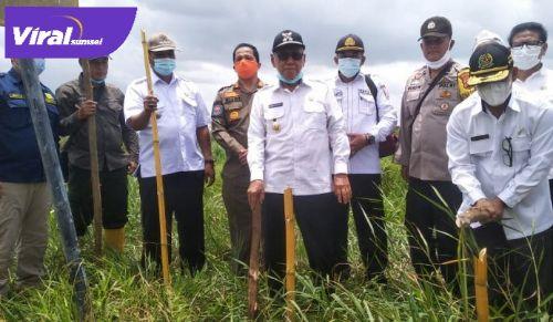 Wakil Bupati Banyuasin H. Slamet Somosentono SH Jalan Penghubung dan Dermaga penyeberangan KAI, Rabu (10/3/2021). FOTO : VIRALSUMSEL.COM