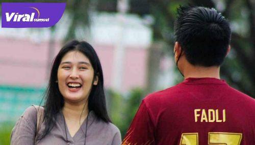 Manajer Sriwijaya FC Muhammad Fadli bincang dengan putri pelatih Sriwijaya FC Nil Maizar. FOTO : MO SFC