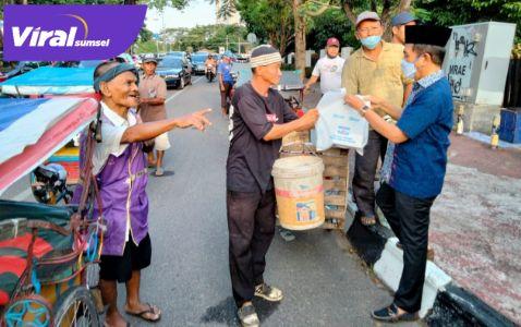 H Ishak Mekki Ketua DPD Partai Demokrat Sumsel berbagi takjil di depan DPRD Sumsel. FOTO : VIRALSUMSEL.COM