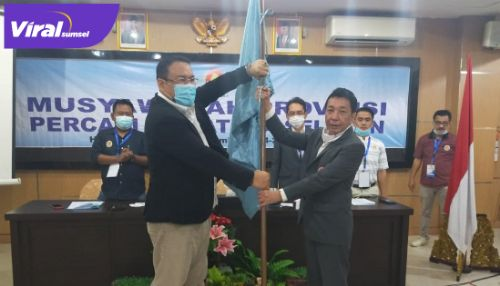 Yulian Gunhar Ketua Umum Percasi Sumsel terima bendera pataka dari Sekjen PB Percasi. FOTO :VIRALSUMSEL.COM