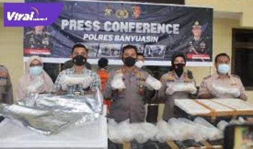 Kapolres Banyuasin, AKBP Imam Tarmudi SIk MH saat Press release di Halaman Mapolres Banyuasin, Selasa (27/04/2021). FOTO : IST