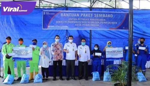 BSB berikan paket sembako di Kantor Dinas Perumahan dan Kawasan Pemukiman, Rabu (28/4/2021). FOTO : VIRALSUMSEL.COM