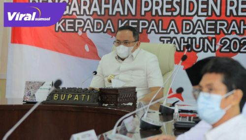 Bupati Muba, Dr H Dodi Reza Alex Noerdin mendengar arahan Presiden Joko Widodo secara virtual kepada seluruh kepala daerah, Rabu (28/4/2021). FOTO : VIRALSUMSEL.COM