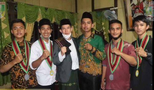 Ketua Dewan Perwakilan Rakyat Daerah (DPRD) Kabupaten Banyuasin, H Irian Setiawan bersama warga. FOTO : VIRALSUMSEL.COM