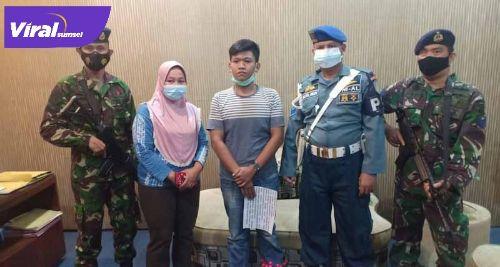 Anggota Intel Lanal Palembang menangkap pemilik akun facebook Hitjrah Putra Supriyadi di rumahnya. FOTO : VIRALSUMSEL.COM