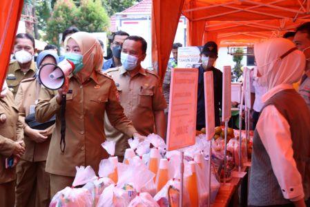 Wakil Walikota Palembang Fitrianti Agustinda tinjau bazar murah di Lapangan Kamboja. FOTO : VIRALSUMSEL.COM