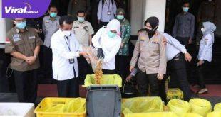 Wakil Walikota Palembang Fitrianti Agustinda BB sitaan makanan dari pasar tradisional dan swalayan modern yang mengandung formalin. FOTO : VIRALSUMSEL.COM